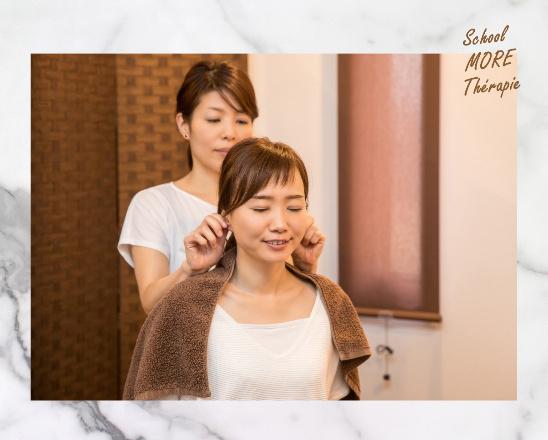 サロン集客メニューで耳介療法を施術するセラピスト