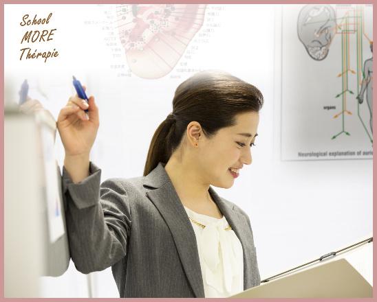 耳介図をもとに講義するオリキュロセラピスト