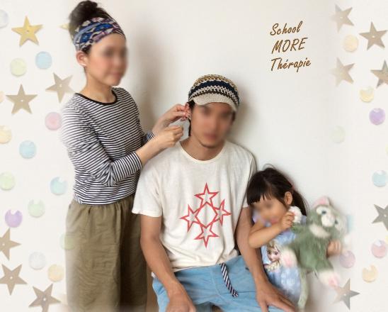 大切な家族のために耳つぼを施術する